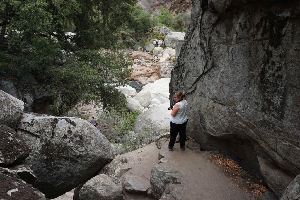 Halverwege de rotsachtige klim naar beneden.