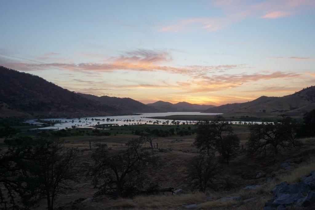 Zonsondergang bij het meer in Three Rivers