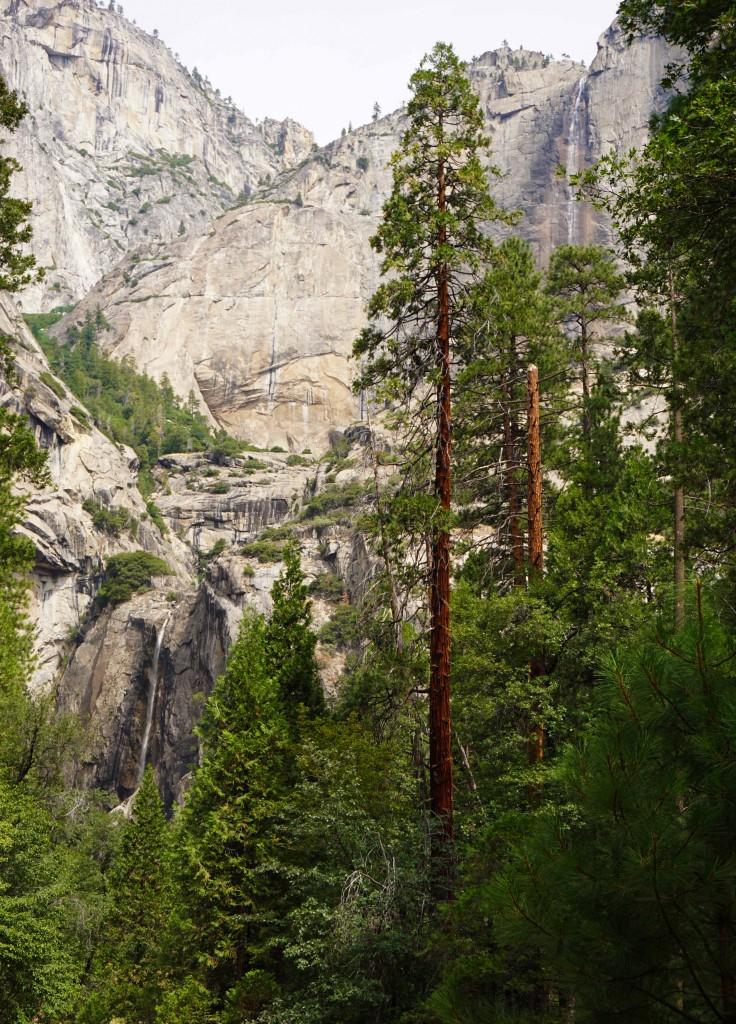 Yosemite Falls - Rechtsboven en linksonder zijn de dunne waterstralen te zien