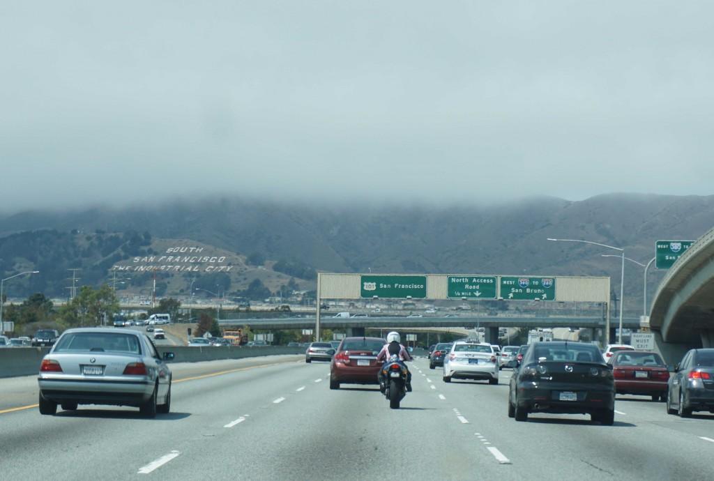 De wolken hangen over bergen
