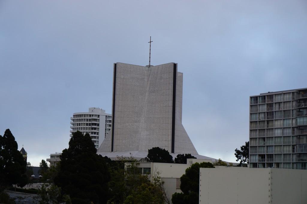Uitzicht rechts. We zitten in een nogal christelijke buurt. Er staan hier zoveel verschillende kerken bij elkaar.