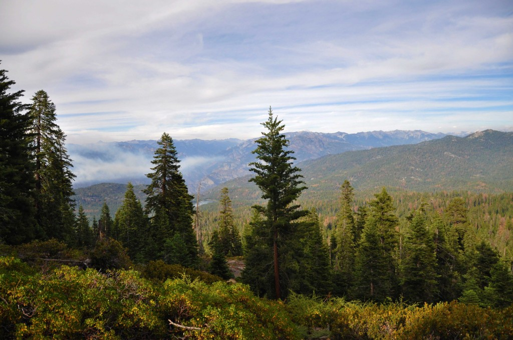 Panoramic View - Kings Canyon. (Links zie je de rookwolken van de bosbrand)